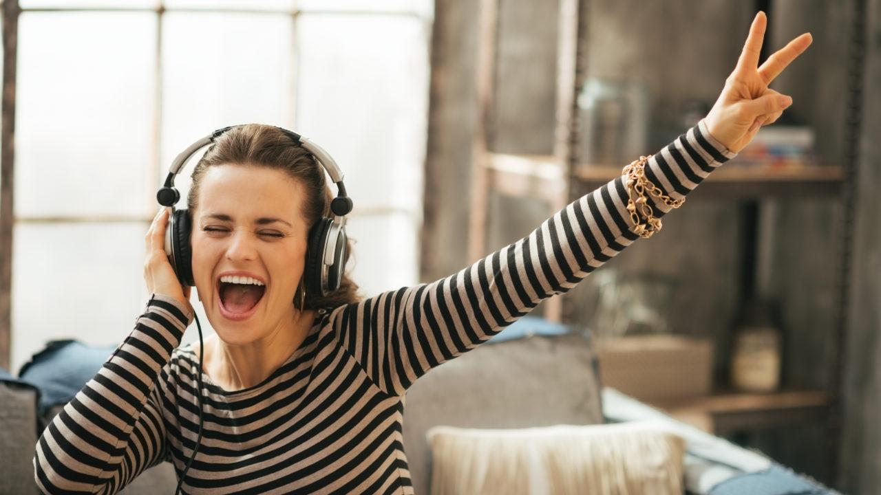 Mendengarkan musik bisa menjadi metode belajar bahasa inggris yang menyenangkan