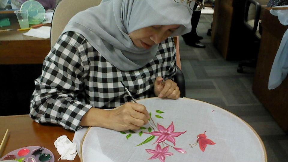 Memodifikasi produk lukisan dengan media kain